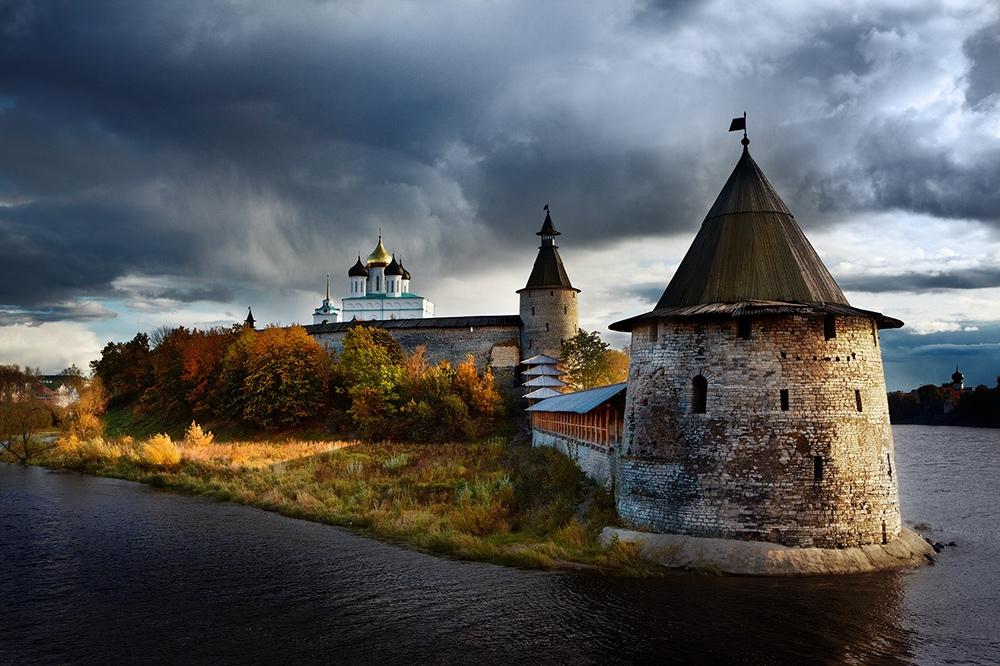 MIXmj21msZY Псков. На берегу реки Великой.