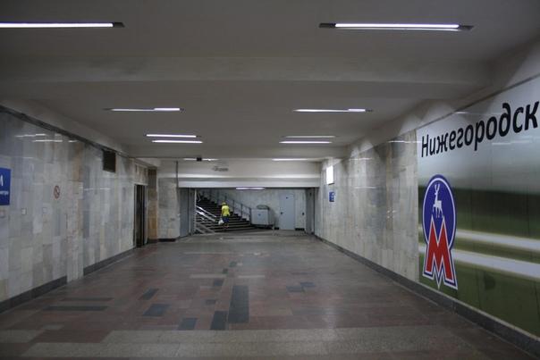 Никогда не замечал что здесь есть проход. Слева вход уже на станцию.  21 августа 2018