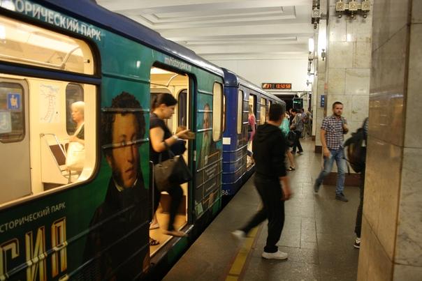 «Моя история» — копия павильона на ВДНХ. Я не был на этой выставке ни в каком городе. Очень здорово, что рекламируют обклейкой метровагона. Очень плохо, что это единственная реклама выставки. Видимо, потому что в Москве метро популярно и реклама имеет широкий охват, в НиНо метро безлюдно и охват ничтожный.