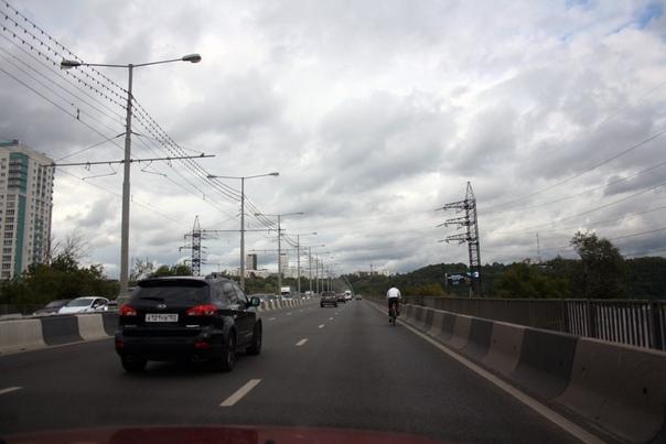 Бетонные отбойники Молитовского моста.