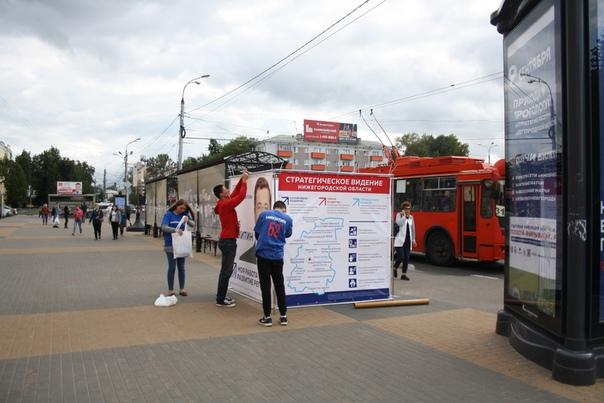 Будущий нижегородский губернатор использует Навальновско-Кацевские кубы. Однако, волонтёры не агитируют, а текст на плакатах — популизм.