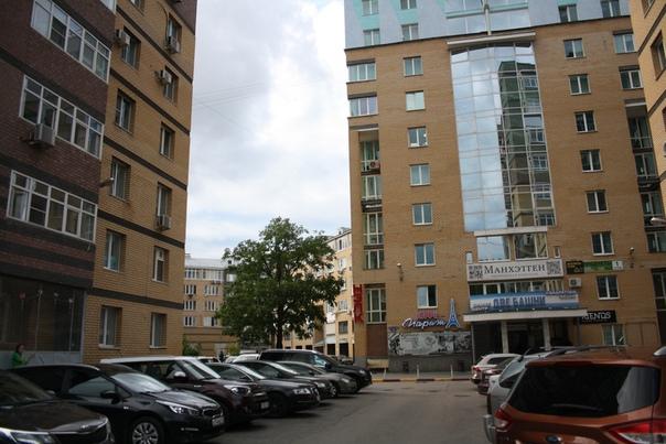 Хорошо законченный и осмысленный стиль нижегородского футуризма. Большая площадь застроена в этом стиле. Тяжёлые кирпичные стены, облицовываются толстыми трубами, прямоугольные графические элементы дробят монолитный фасад. Огромные стеклянные вставки означают балконы, но вставлены они могут быть почти где угодно. На первых этажах всегда коммерция.