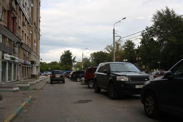 Архитектор не рассчитывал что он город приоритезирует личный транспорт, будет мотивировать покупать машину. Соответственно, в доме уже не хватает площадей для парковки.
