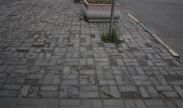 Разбитая брусчатка — норма в Нижнем Новгороде, просто здесь нет целой.