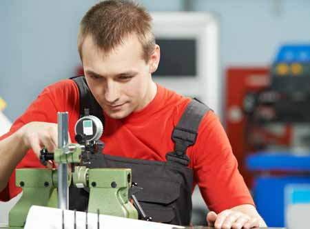 Комбинезоны носят в самых разных технических профессиях, включая рисование.