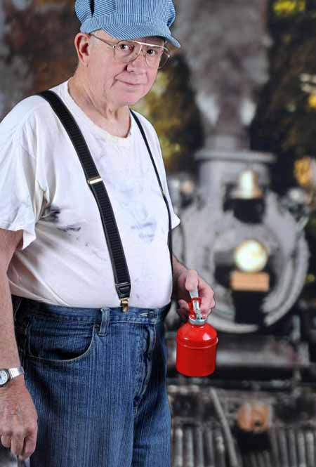 Люди, которые занимаются железнодорожной работой, могут носить подтяжки