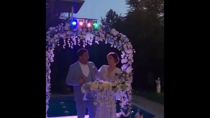 Свадьба Ясемин из сериала Любовь напрокат 53 серия. поёт со своим мужем турецкую