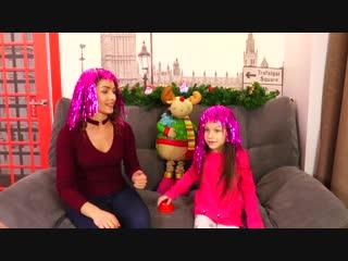 Челлендж отгадай песню наоборот с новогодними хитами вика против мамы   вики шоу