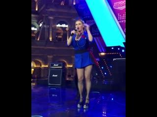 Анна Семенович поет свою новую песню