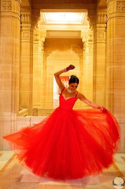 Стилист Приянки Чопры показал ее свадебный образ на новых фото с торжества.
