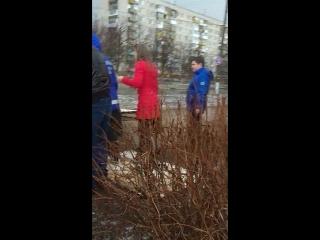 На Бульваре Химиков щит для объявлений упал на женщину