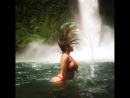 Kiara Mia грациозно запракидывает голову и мокрые волосы у водопада, секс порно большие сиськи