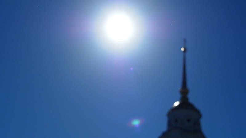 город Владимир Успенский собор и две девочки с лопатами идущие вершить праведный суд над грешниками