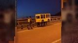 Свой среди чужих пешеходы замаскировались под автобус, чтобы пересечь автомобильный мост