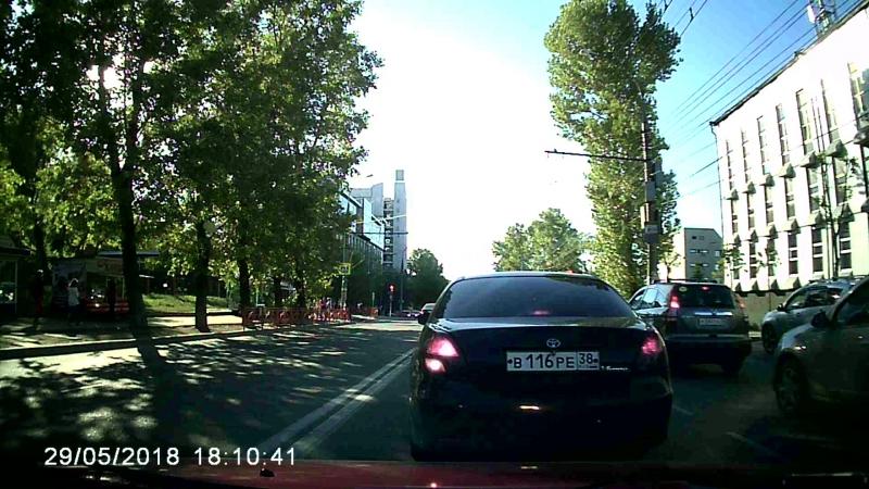 Пересечение двойной сплошной и проезд на красный.