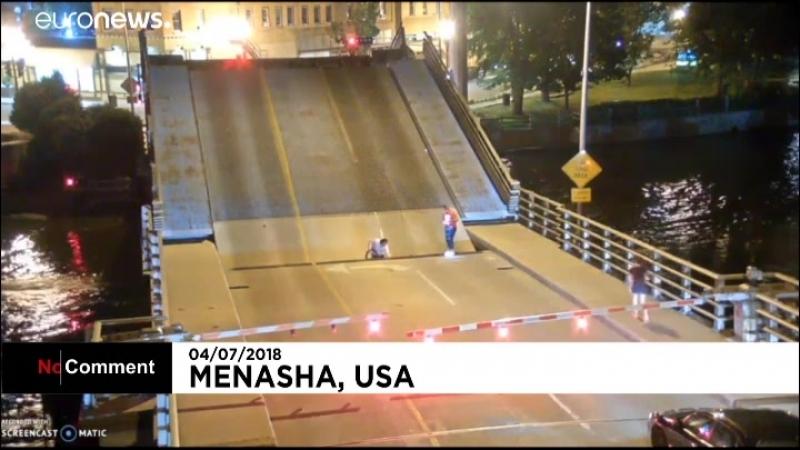 Прыжок на велосипеде с разводного моста.