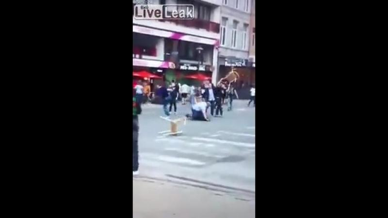 Bélgica anciano golpeado por musulmanes en plena calle