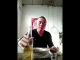 Ест живых пиявок с пивом