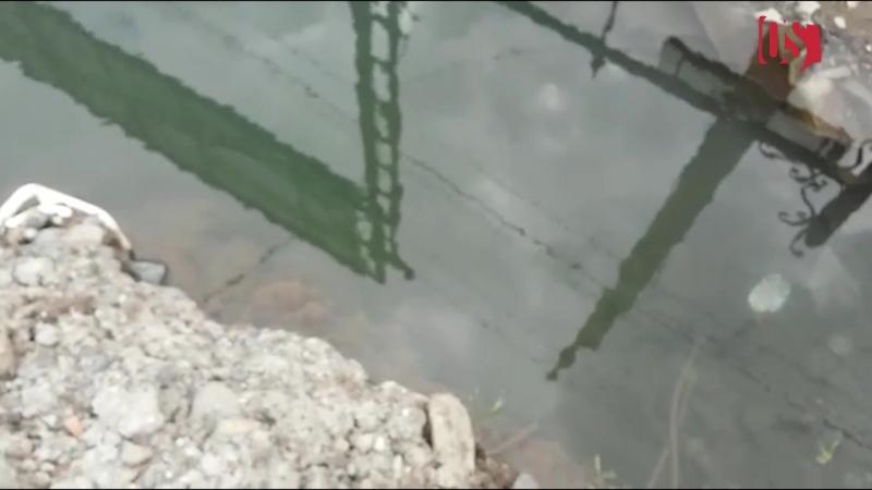 В районе Викалины вода уходит в канализацию из-за прорыва трубы