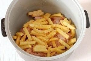 Готовим аппетитные картошечку с курицeй в мультиваркe