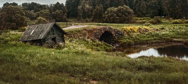 калинов мост – граница между мирами. в руских народных сказках не раз встречается калинов мост на реке смородине, где происходит бой героя с чудовищем: «бой на калиновом мосту», «иван быкович»,