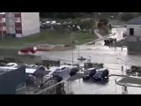 Мужчина после дождя плавает на лодке по ул. Рябиновой в Бресте
