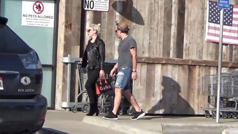 """RDT Lady Gaga on Instagram: """"Quando você domina até a habilidade de andar de costas! ✨ Lady Gaga ontem (01), em Malibu, após fazer compras com Chr..."""