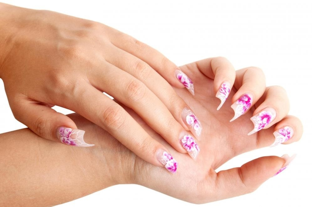 Женщина с акриловыми ногтями.