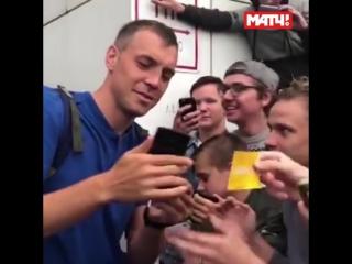 """""""Тема! Тема!"""" Толпа фанатов в Тюмени не давала Дзюбе пройти в автобус"""