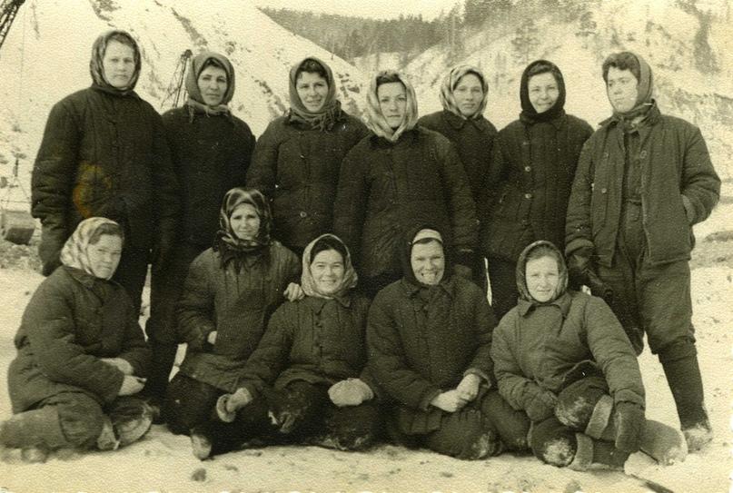 Бригада бетонщиц, г. Дивногорск 60-е годы. Екатерина Федоровна стоит во втором ряду вторая слева.