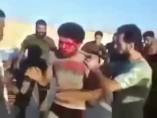 Бойцы Сирийской армии поймали боевика ИГИЛ Слабо нервным не смотрет