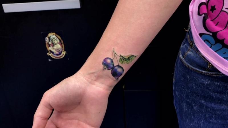 Тату-мастер Катя Маслова (small colored realistic tattoo blackcurrant) | Тату - студия Дом Элит Тату (Tattoo Studio Moscow)