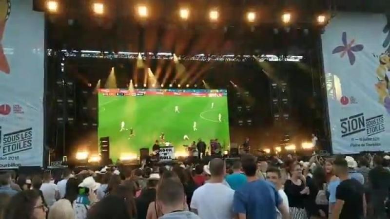 Liam Gallagher no quiso perderse el EnglandvsCroatia en su concierto puso de fondo el partido en directo