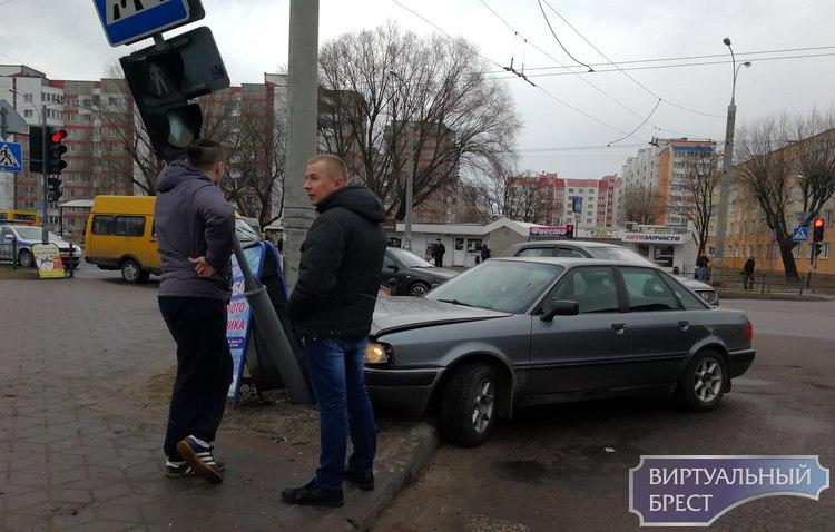 На Суворова автомобиль не вписался в поворот, сбил ограждение и оказался на тротуаре