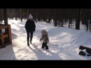 Дочка с мамой играют в снежки .mp4