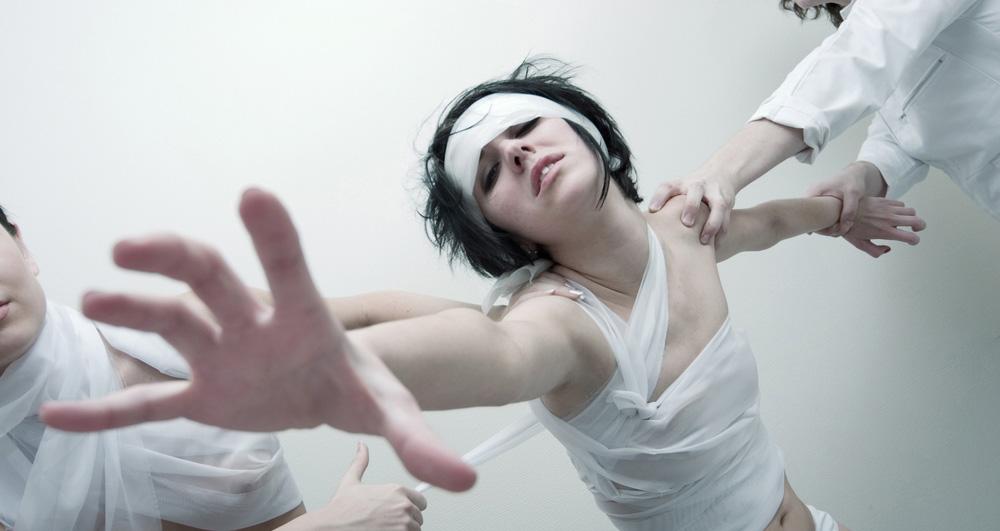 Во время маниакального биполярного эпизода пациент может вести себя рискованно и опасно.