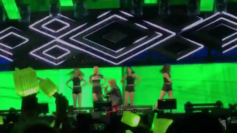 180921 HYOYEON feat. TAEYONG 'Wannabe' @ PARADISE CITY FESTIVAL.  © _forgettingme