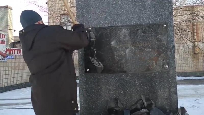 Украинские фашисты разбили памятник Ватутину в Бердичеве (Житомир)