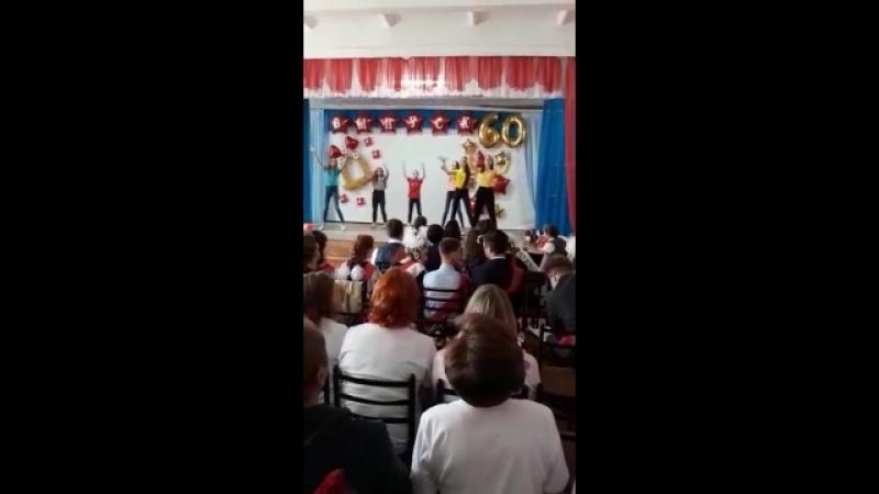 Актив школы поздровляет 11 классников