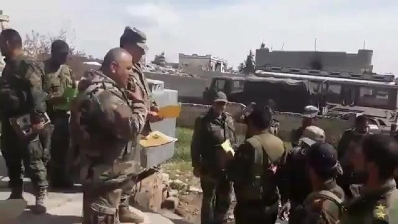 Бригадный генерал сирийской армии Ахмад Аль-Хаддер наградил бойцов 5-го корпуса 3-й бригады САА, прибывших сегодня в Восточную