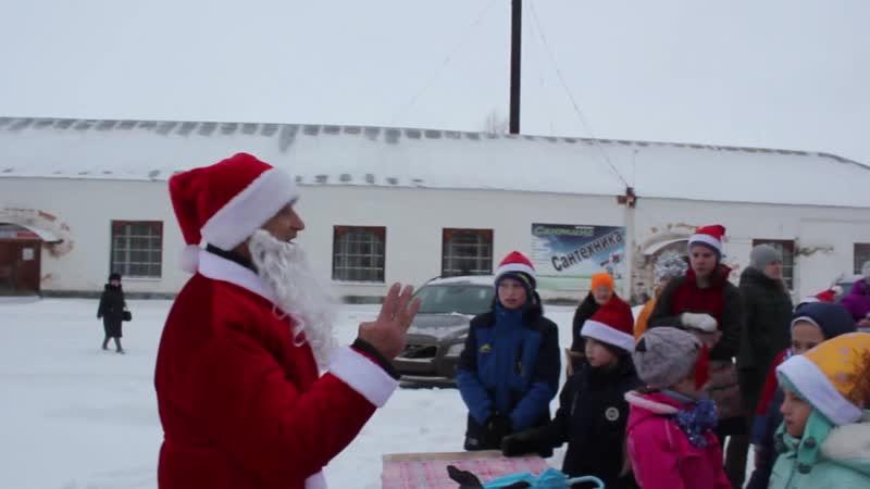 Дед Мороз поздравляет участников новогоднего забега г.Белозерск 2.01.2019г.