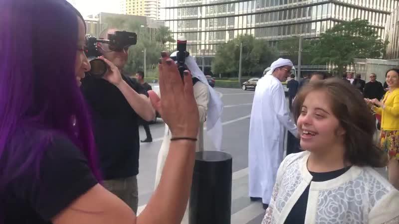 SBMKV_Video   Касими поздравила Сашу Бэнкс с приездом в Бурдж-Халифа в Дубае