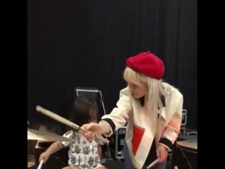 хейли учит играть на барабанах племянницу зака