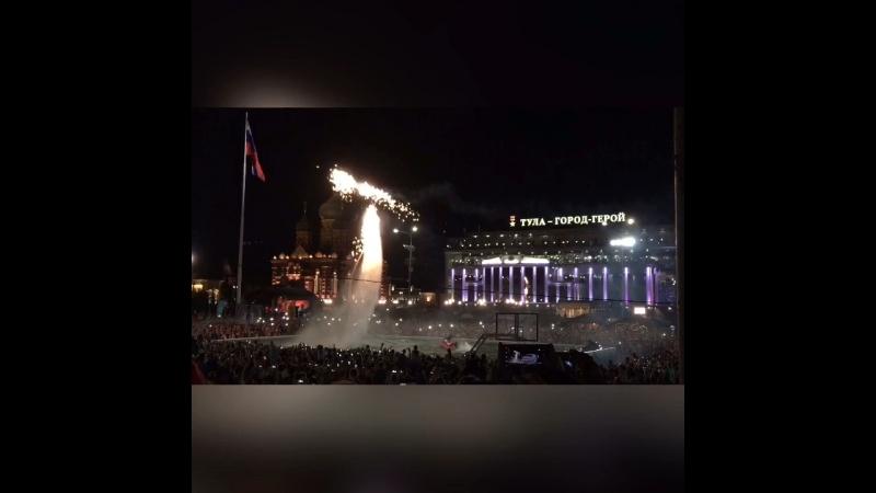 Кусочек вечернего пиротехнического шоу летающих людей на площади Ленина в Туле.