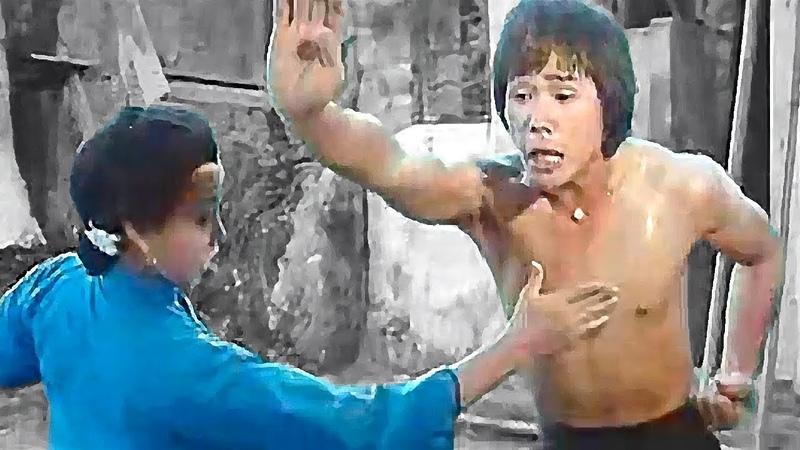 Мать обучает сына жизненно важным точкам кунг фу Mother teaches her son vital points of kung fu
