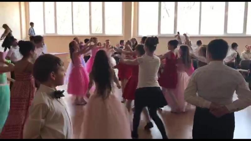 вальс від учнів молодших класів на День визволення Одеси