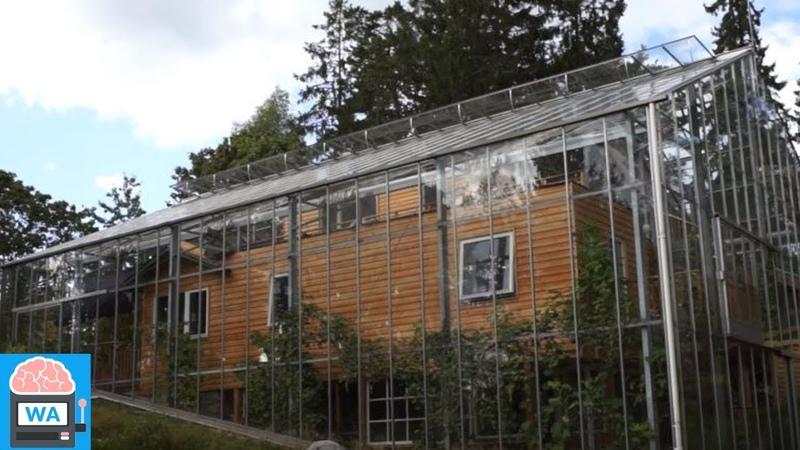 Familie baut Haus in einem Gewächshaus. Ihr umweltfreundlicher Traum geht in Erfüllung