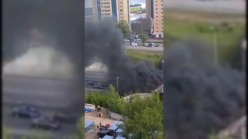 На проспекте Салавата Юлаева в Уфе открытым пламенем горит КамАЗ