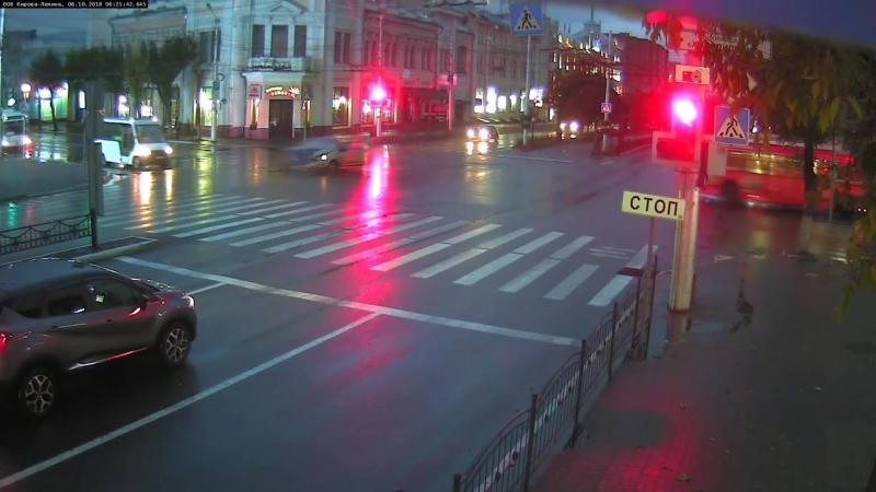 На красный на перекрёстке Кирова и Ленина.