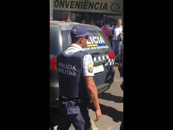 TRAVESTI QUEBRA CARRO E RESISTE A PRISÃO EM BRASÍLIA